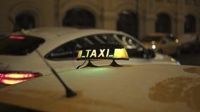 Ciérrese para arriba del faro amarillo del taxi en el tejado amarillo del coche en invierno almacen de video