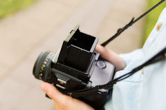 Ciérrese para arriba del fotógrafo de sexo masculino con la cámara digital Fotografía de archivo libre de regalías
