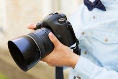 Ciérrese para arriba del fotógrafo de sexo masculino con la cámara digital Foto de archivo