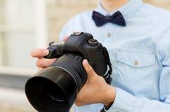 Ciérrese para arriba del fotógrafo de sexo masculino con la cámara digital Fotos de archivo libres de regalías