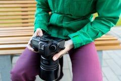 Ciérrese para arriba del fotógrafo de sexo masculino con la cámara digital Imagenes de archivo