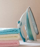 Ciérrese para arriba del hierro y de las toallas Foto de archivo libre de regalías