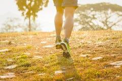Ciérrese para arriba del hombre corriente para el ejercicio en el camino por mañana Imágenes de archivo libres de regalías