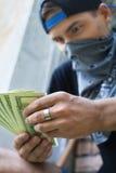 Ciérrese para arriba del hombre criminal que sostiene el dinero Fotos de archivo libres de regalías
