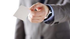 Ciérrese para arriba del hombre de negocios que da la tarjeta en blanco blanca metrajes
