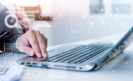 Ciérrese para arriba del hombre de negocios que mecanografía en el ordenador portátil