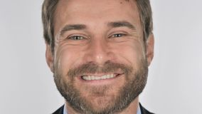 Ciérrese para arriba del hombre de negocios sonriente Face, fondo blanco metrajes