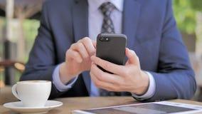 Ciérrese para arriba del hombre de negocios Using Smartphone almacen de metraje de vídeo