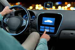 Ciérrese para arriba del hombre que conduce el coche con a bordo el ordenador Imagen de archivo libre de regalías