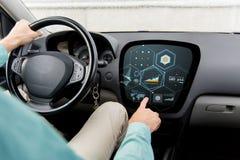 Ciérrese para arriba del hombre que conduce el coche con el diagrama en la pantalla Fotografía de archivo