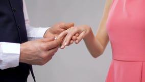 Ciérrese para arriba del hombre que da el anillo de diamante a la mujer almacen de metraje de vídeo