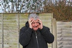Ciérrese para arriba del hombre que experimenta un ataque de pánico fotos de archivo