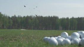 Ciérrese para arriba del hombre que golpea el tiro de golf en la hierba Pelota de golf en el aire después del golpe por el conduc metrajes