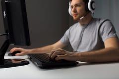 Ciérrese para arriba del hombre que juega al videojuego del ordenador Imágenes de archivo libres de regalías