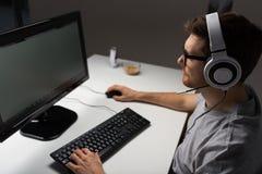Ciérrese para arriba del hombre que juega al videojuego del ordenador Foto de archivo libre de regalías