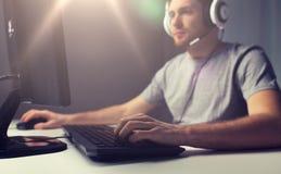 Ciérrese para arriba del hombre que juega al videojuego del ordenador Fotos de archivo