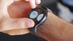 Ciérrese para arriba del hombre que usa el smartwatch para contar calorías almacen de video