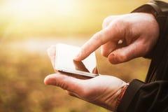 Ciérrese para arriba del hombre que usa Smartphone Imágenes de archivo libres de regalías