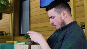 Ciérrese para arriba del hombre que usa smartphone en café almacen de video