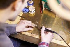 Ciérrese para arriba del ingeniero eléctrico Soldering Circuit Board Fotografía de archivo libre de regalías