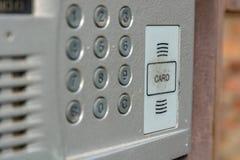 Ciérrese para arriba del intercomunicador en la entrada de una casa Imagen de archivo libre de regalías