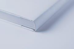 Ciérrese para arriba del libro blanco de la cubierta en el fondo blanco Fotos de archivo libres de regalías