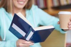 Ciérrese para arriba del libro de lectura del estudiante en la escuela Foto de archivo libre de regalías
