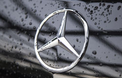 Ciérrese para arriba del logotipo de Mercedes-Benz en el frente del coche Foto de archivo