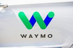 Ciérrese para arriba del logotipo de Waymo imagenes de archivo
