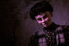 Ciérrese para arriba del maniquí masculino en luz púrpura Fotografía de archivo