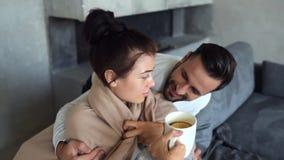 Ciérrese para arriba del marido cariñoso que toma el cuidado de la esposa almacen de metraje de vídeo