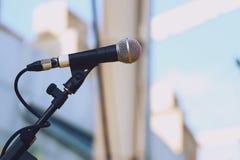 Ciérrese para arriba del micrófono en fondo de la luz del día de la etapa fotografía de archivo