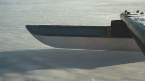 Ciérrese para arriba del montar a caballo del patín del ` s del iseboat en el hielo con velocidad metrajes