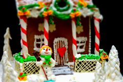 Ciérrese para arriba del muñeco de nieve brillante del azúcar cerca de hecho en casa nevado grande Fotografía de archivo libre de regalías