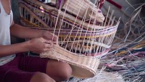 Ciérrese para arriba del muchacho indonesio que teje una cesta de mimbre almacen de video
