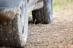 Ciérrese para arriba del neumático 4x4 de la pisada del camino Cubierto en fango imágenes de archivo libres de regalías