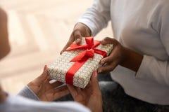Ciérrese para arriba del niño que presenta el regalo a la mamá foto de archivo libre de regalías