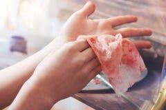 Ciérrese para arriba del niño talentoso que limpia las manos después de pintar Imagen de archivo libre de regalías