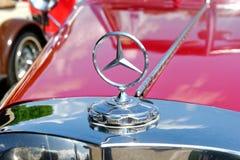 Ciérrese para arriba del ornamento de la capilla de un coche del vintage de Mercedes-Benz fotografía de archivo