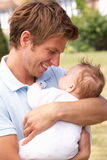 Ciérrese para arriba del padre que abraza al bebé recién nacido aventajan Fotografía de archivo