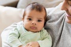 Ciérrese para arriba del padre que detiene al pequeño bebé Imagenes de archivo