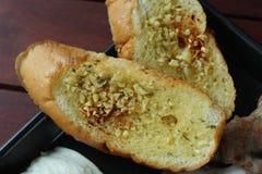 Ciérrese para arriba del pan de ajo como acompañamiento para la receta de los segundos platos imagenes de archivo