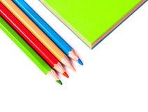 Ciérrese para arriba del papel colorido cercano de los lápices Fotos de archivo libres de regalías