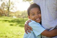 Ciérrese para arriba del parque de Hugging Son In del padre fotografía de archivo libre de regalías