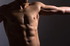 Ciérrese para arriba del pecho de un hombre de los deportes Foto de archivo