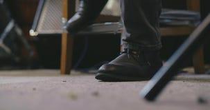 Ciérrese para arriba del pie del músico que bate hacia fuera el tiempo almacen de video