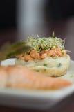 Ciérrese para arriba del plato de color salmón con berro Imagen de archivo