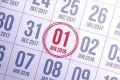 Ciérrese para arriba del primer día del año 2018 en calendario del diario Foto de archivo