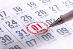 Ciérrese para arriba del primer día del año 2018 en calendario del diario Imagen de archivo libre de regalías