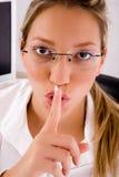 Ciérrese para arriba del profesional que da instrucciones para ser silencioso Fotografía de archivo